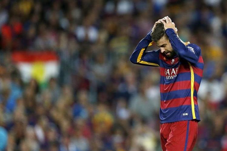 Gerard Piqué lamenta su expulsión en el juego de la Supercopa de España el pasado lunes. (Foto Prensa Libre: EFE)