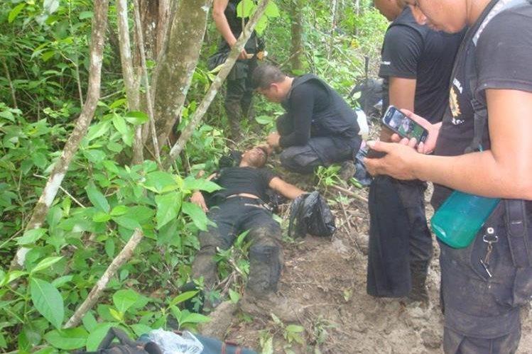 Algunos agentes de la PNC que participaron en desalojo en área protegida de Petén se extraviaron por buscar alimentos en la selva. (Foto Prensa Libre: Cortesía)