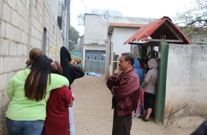 Vecinos de Boca del Monte observan el cadáver de la mujer que fue hallado en esa localidad. (Foto Prensa Libre: Cortesía)