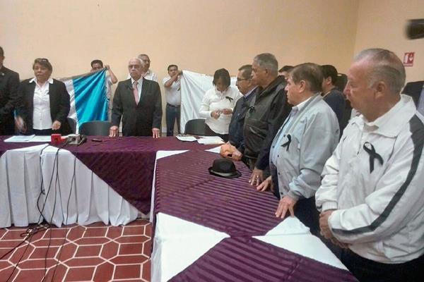 Miembros de la APG exigen el cese de la violencia. (Foto Prensa Libre: Esvin García).