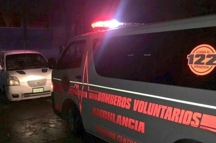 Un parto fue atendido afuera de la emergencia del Hospital General San Juan de Dios. (Foto Prensa Libre: CBV)