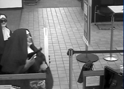 Mujeres armadas y vestidas de monjas intentan asaltar un banco