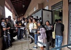 Miles de guatemaltecos resultaron afectaros por la escasez de libretas para pasaportes. (Foto Prensa Libre: Hemeroteca PL)