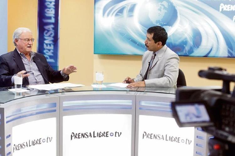 El empresario Ricardo Castillo Sinibaldi, presidente del Irtra —izquierda—, conversa con el editor Gustavo Montenegro, durante el programa Diálogo Libre.