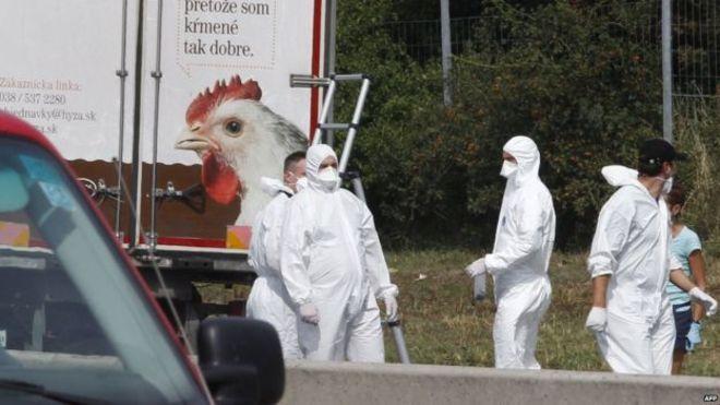 Los migrantes fueron encontrados por la policía tras haber sido abandonado el camión.