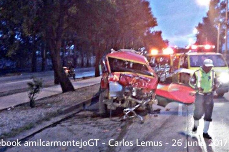 Triple colisión en Avenida Petapa y 48 calle, un hombre resultó herido. (Foto Prensa Libre: Amílcar Montejo)