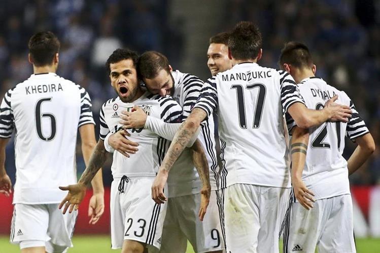 Dani Alves es felicitado por sus compañeros luego de vencer a Iker Casillas para anotar el primer gol de la Juventus. (Foto Prensa Libre EFE)