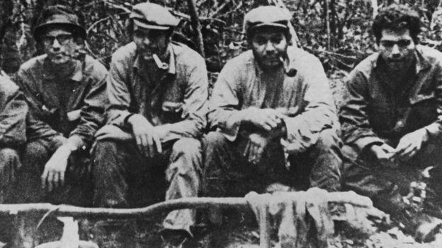 Nooteboom visitó por primera vez Bolivia en la época en que el Che Guevara estaba allí haciendo guerra de guerrillas. En la imagen, el Che -segundo desde la izquierda- con su grupo en Bolivia. (CENTRAL PRESS/GUETTY IMAGE)