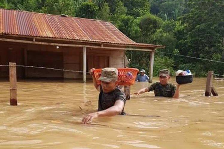 Vecinos rescatar algunas pertenencias y las trasladan a las viviendas de familiares. (Foto Prensa Libre: Eduardo Sam Chun)