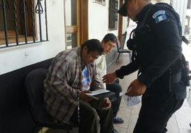 Dos hombres arrebataron el dinero a otro cuando salió de un banco en Antigua Guatemala, Sacatepéquez, pero fueron capturados. (Foto Prensa Lbire: Renato Melgar).