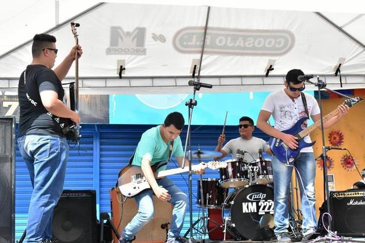 El grupo musical KM 222 recuperó dos de los tres instrumentos que les fueron robados. (Foto Prensa Libre: Mario Morales)