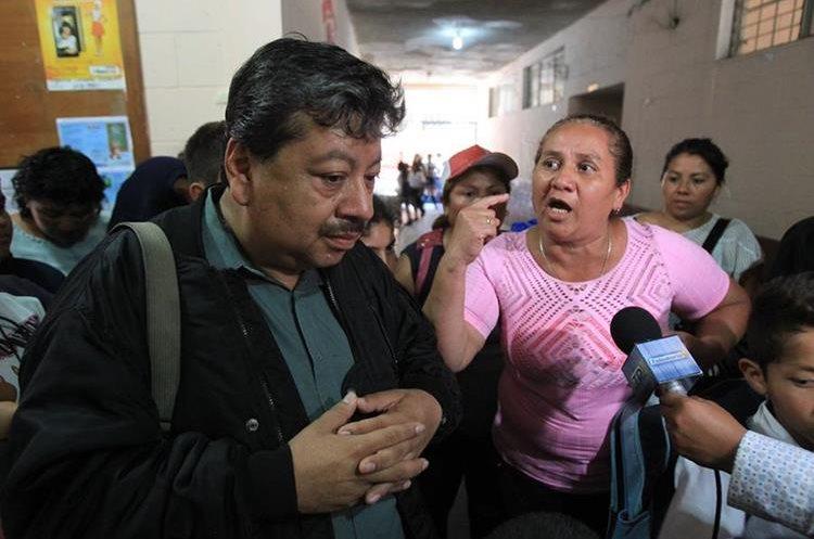 Padres de familia protestan y exigen la renuncia de la junta escolar,   escuela las galeras,  colonia amparo,   zona 1. Fotograf'a Esbin Garcia