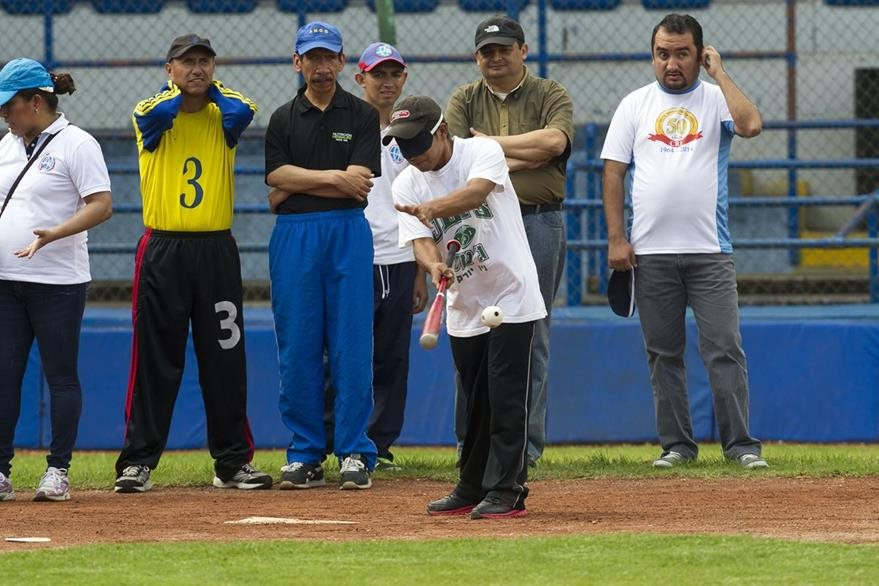 Los bateadores ponen a prueba sus destrezas al momento de los lanzamientos que deben ser siempre hacía al frente.(Foto Prensa Libre: Norvin Mendoza)
