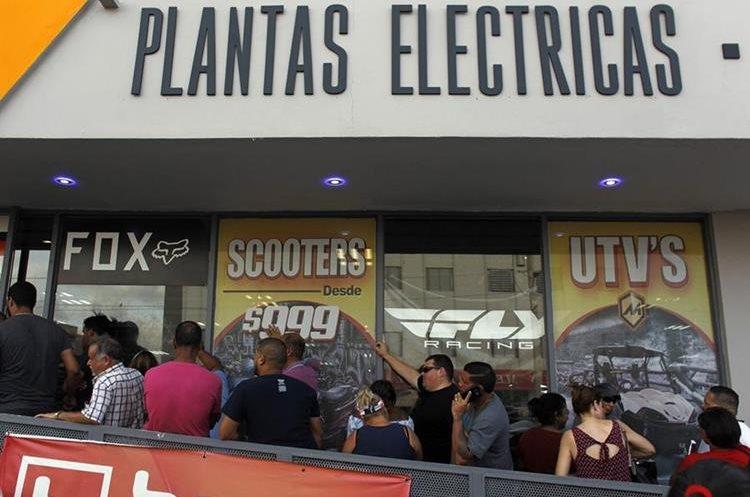 Personas esperan poder comprar plantas eléctricas en San Juan, Puerto Rico. (Foto: AFP)