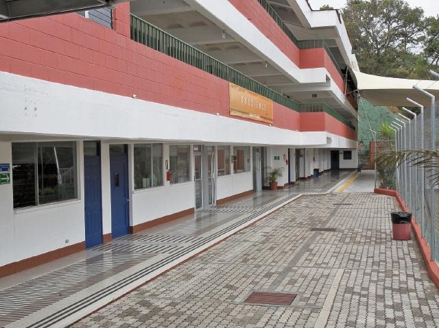 Las clases en el colegio Solalto fueron suspendidas ayer, mientras padres de familia recibieron información de lo sucedido en aula de Quinto Bachillerato. (Foto Prensa Libre: Estuardo Paredes)