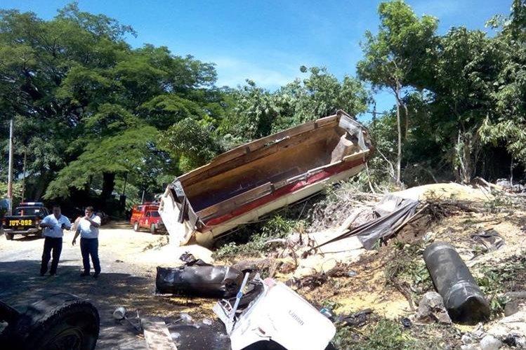 Automotores involucrados en accidente de tránsito quedan destruidos en la ruta a El Salvador, Jutiapa. (Foto Prensa Libre: Óscar González)