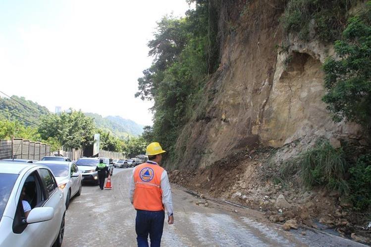 Automovilistas corren riesgo la transitar por el kilómetro 11.5 de la ruta hacia Boca del Monte. (Foto Prensa Libre: Esbin García)