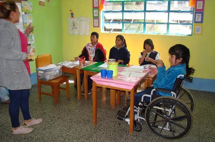 Una maestra de la  Escuela Oficial de Educación Especial en San Marcos  imparte clases a niños con capacidades diferentes.