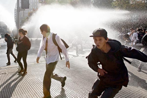 Estudiantes de secundaria se enfrentan a la policía chilena. (Foto Prensa Libre: EFE).