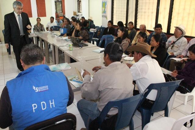 Representantes de la PDH se reúnen con autoridades ediles  de  Sololá.(Foto Prensa Libre: Ángel Julajuj)