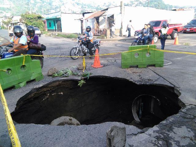El colapso de drenajes en la 16 avenida y 4a calle de la zona 4 de Villa Nueva, originó un hundimiento. (Foto Prensa Libre: Estuardo Paredes)
