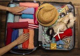 En estas vacaciones evite llevar exceso de equipaje con estos útiles consejos. (Foto Prensa Libre: Shutterstock).
