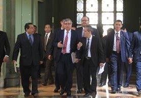 El vicepresidente, Jafeth Cabrera, camina en el Palacio Nacional junto a otros funcionarios. (Foto Prensa Libre: Hemeroteca PL)