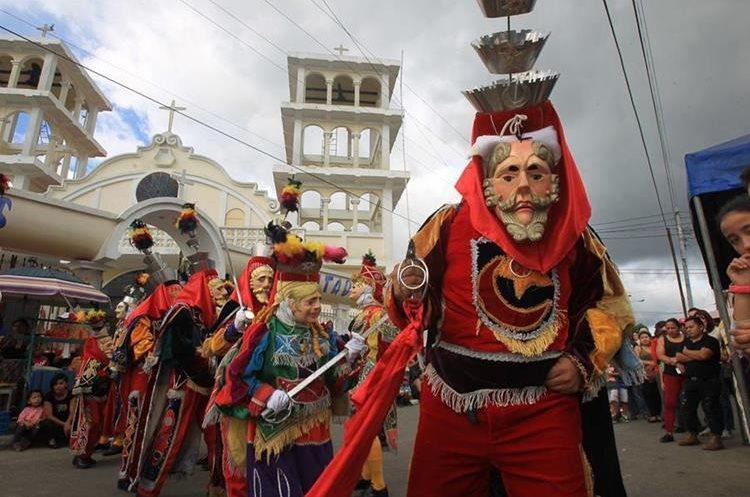 El baile de moros y cristianos se realiza frente a la iglesia Católica de la colonia.