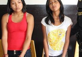 Brenda Leticia Patzán Toj y Ana Lucia Bacajol Hernández, son señaladas de cobrar extorsiones en Mixco. (FotoPrensa Libre: PNC)