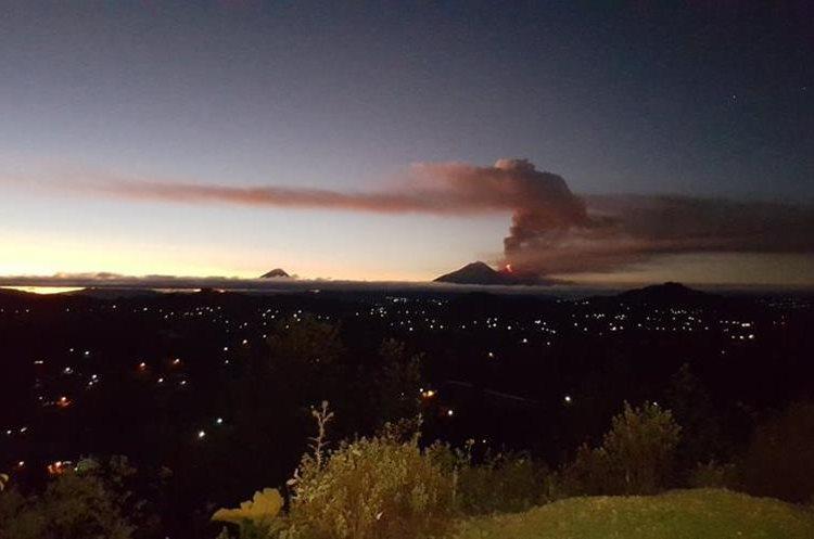 El humo y la ceniza expulsada por el Volcán de Fuego pintó de naranja el cielo de los guatemaltecos. (Foto Prensa Libre: Manuel Estuardo Sum)