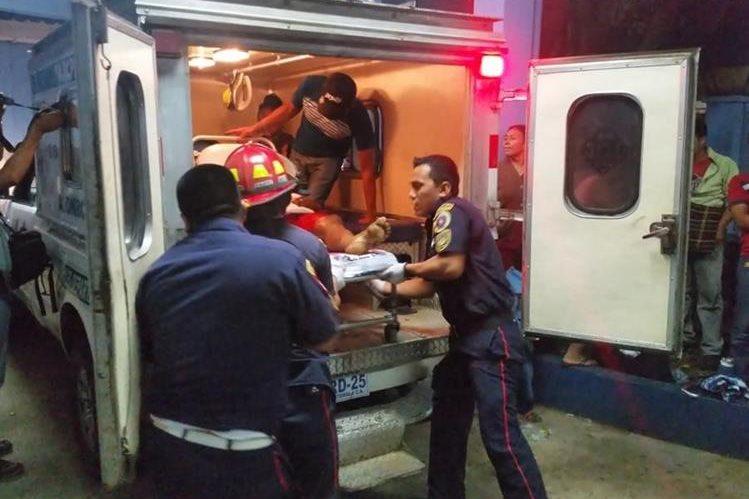 Socorristas trasladan a uno de los heridos hacia el Hospital Regional de Coatepeque, Quetzaltenango. (Foto Prensa Libre: Alexánder Coyoy).