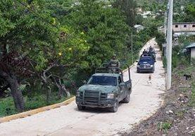 Siembras y animales abandonados en Ahuhuiyuco, Guerrero. (Foto Prensa Libre AFP)