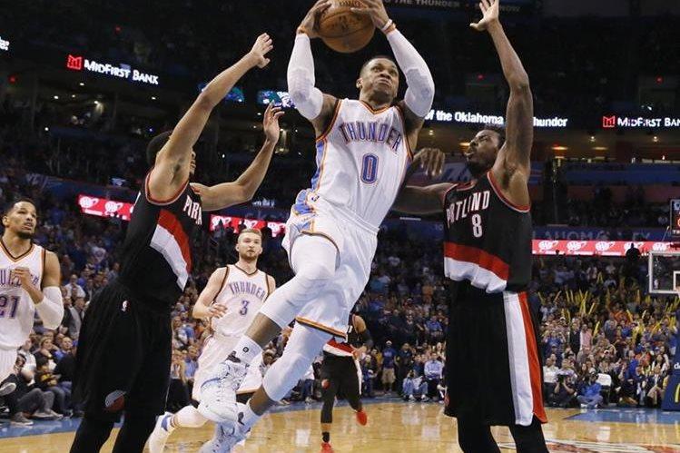 Westbrook, en acción, volvió a ser figura con su equipo. (Foto Prensa Libre: Hemeroteca PL)