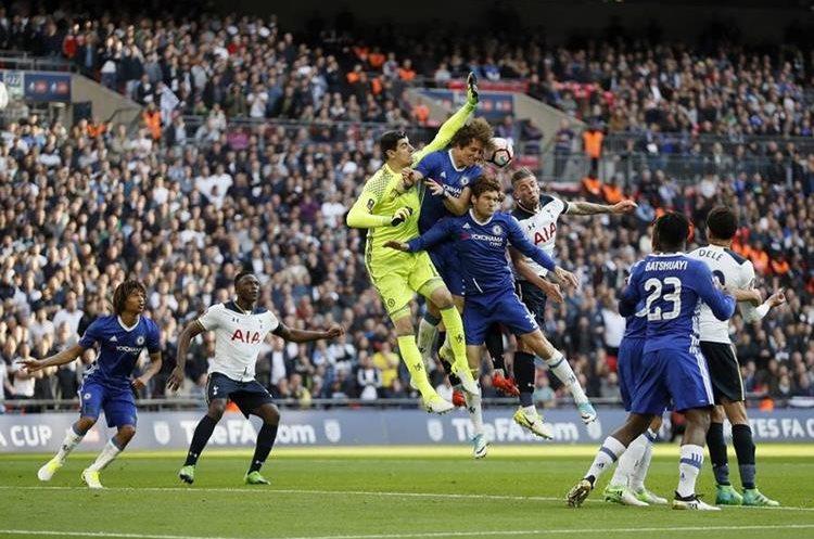 El partido se vivió al límite y al final el Chelsea fue el que se llevó la clasificación. (Foto Prensa Libre: AP)