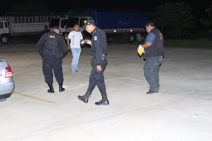 Agentes de la PNC y el MP buscan evidencias en el lugar del ataque. (Foto Prensa Libre: Edwin Paxtor)