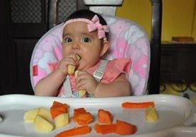 A partir de los 6 meses de vida, mamá y papá pueden complementar la lactancia materna —o leche de fórmula— con trozos de frutas o verduras cocidas. Se recomienda no añadir azúcar ni sal a los alimentos que comerá el bebé. (foto Prensa Libre, Brenda Martínez)