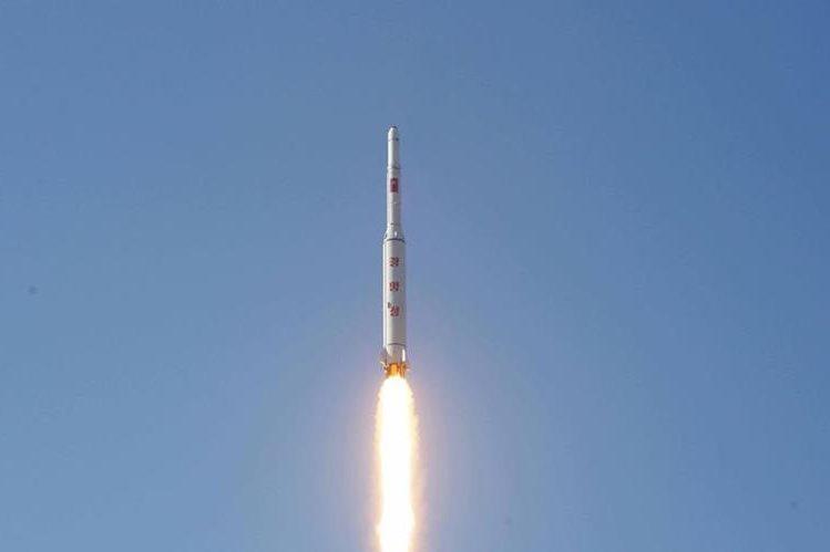 Corea del Norte divulgó imágenes del lanzamiento del cohete. (Foto Prensa Libre: AFP).