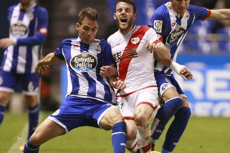 El defensa del Rayo Vallecano 'Quini' Marín (c) entre el centrocampista del Deportivo Pedro Mosquera (d) y el defensa Fernando Navarro (i). (Foto Prensa Libre: EFE)