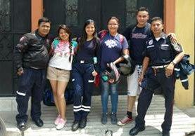 María Mercedes Péc Culajay (segunda de izquierda a derecha) en una fotografía con compañeros de la estación. El primero de izquierda a derecha es Daniel Figueroa, quien conducía la motocicleta. (Foto Prensa Libre: Víctor Chamalé)