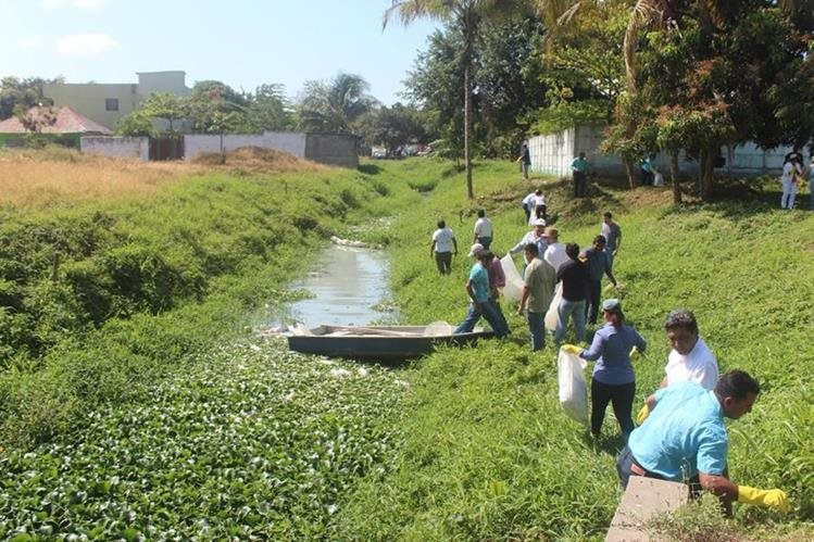 Jueces participan en limpieza de riachuelos en San Luis y Melchor de Mencos, Petén. (Foto Prensa Libre: Rigoberto Escobar)
