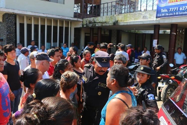 Agentes de la PNC dialogan con manifestantes frente a la comuna de San Felipe, Retalhuleu. (Foto Prensa Libre: Rolando Miranda).