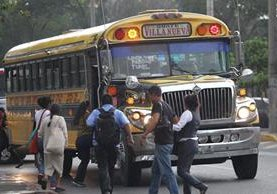 Según usuarios, la mayoría de asaltos se registran en los autobuses extraurbanos que carecen de cámaras de seguridad y presencia policial. (Foto Prensa Libre: Erick Ávila)