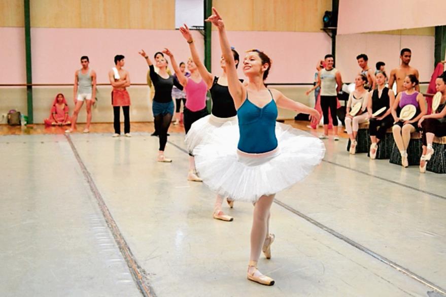 Destreza y  equilibrio muestran los integrantes  del ballet en su preparación para su espectáculo. (Foto Prensa Libre: Ángel Elías)