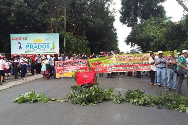 Salubristas bloquean ruta suroccidente, en Colomba y Coatepeque, Quetzaltenango. (Foto Prensa Libre: Alexánder Coyoy)