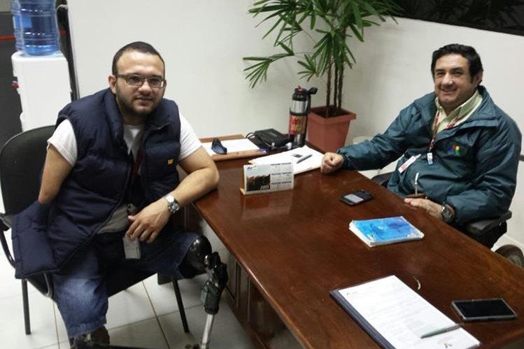 Antonio Resquín (izquierda) dedica su tiempo a la creación de prótesis a precios más accesibles. (Foto Prensa Libre: Hemeroteca).