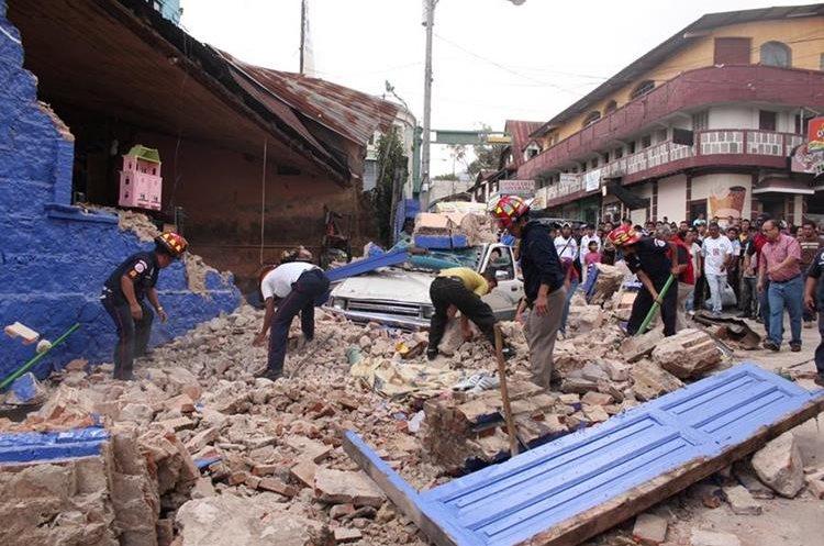Los residentes y trabajadores de rescate, buscan  entre los escombros después del terremoto de magnitud 7,7 San Marcos. (Foto Prensa Libre: Hemeroteca PL)