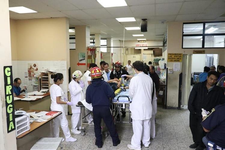 Uno de los heridos en ataque armado en Sacatepéquez, cuando es ingresado al hospital. Foto Prensa Libre: Renato Melgar.