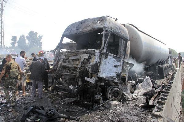 Fuerzas de seguridad investiga restos de vehículos quemados en Tartus, Siria.(Foto Prensa Libre:AP).