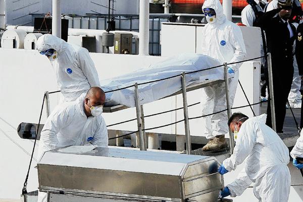 El domingo último rescataron 24 cadáveres de otro naufragio en el Mediterráneo. (Foto Prensa Libre: AP).