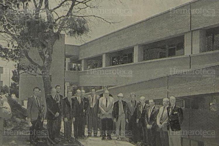 Integrantes de la Fundación de la Universidad del Valle frente al edificio de Ciencias Aplicadas 2 (Edificio J). (Foto: Hemeroteca PL).